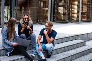 3 étudiants qui se parlent de l'orientation après le bac