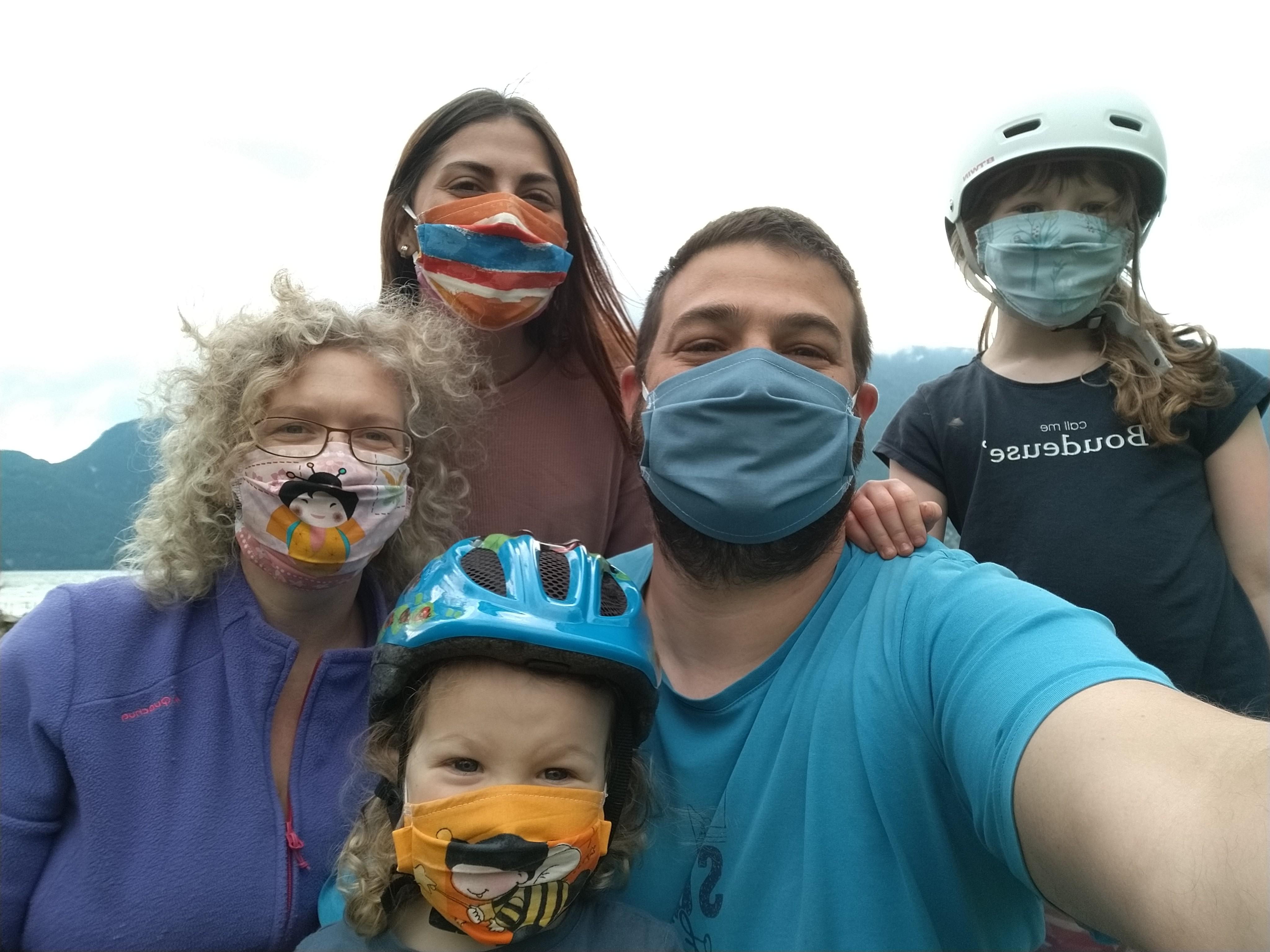 famille avec des masques butrfly